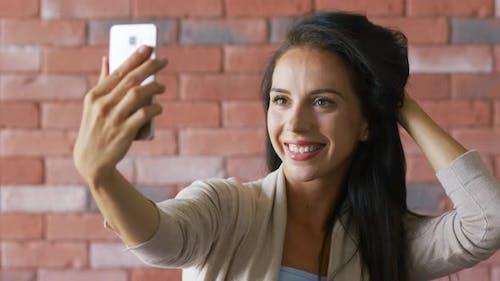 ziemlich Brünette Nehmen selfie