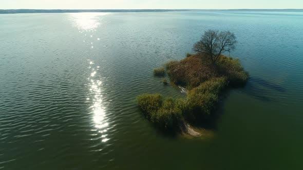 Luftaufnahme eines Blauen Sees mit einer Insel