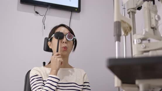 Frau besuchen Sie die Augenklinik unterziehen Augenuntersuchung