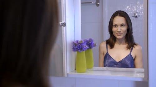 ziemlich Brünette mögen Ihr Blick in die Spiegel