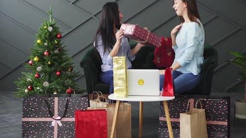 Frau schenkt ihrem Freund Weihnachtsgeschenk