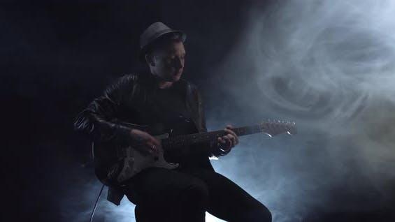 Gitarrist spielt Eine Dynamische Melodie