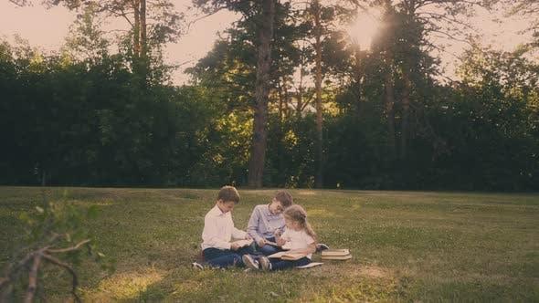 Écoles avec fille faire maison tâche lecture livres sur herbe