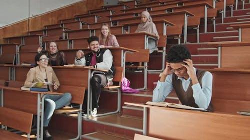 Schüler schikanieren ihren Klassenkameraden im Unterricht