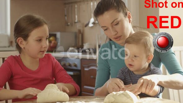Happy Mother Teaching Tochter How To Cook Und Kinder helfen Kneten Teig zu backen Pfannkuchen