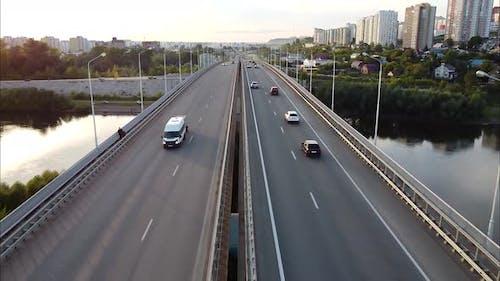Autobahn Autobahn Brücke über den Fluss Vogelperspektive