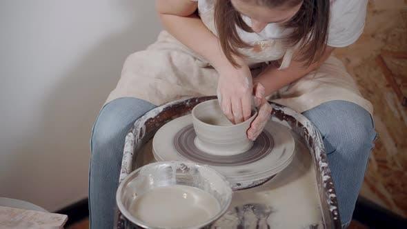 Thumbnail for Professioneller Potter, der mit Keramik arbeitet.