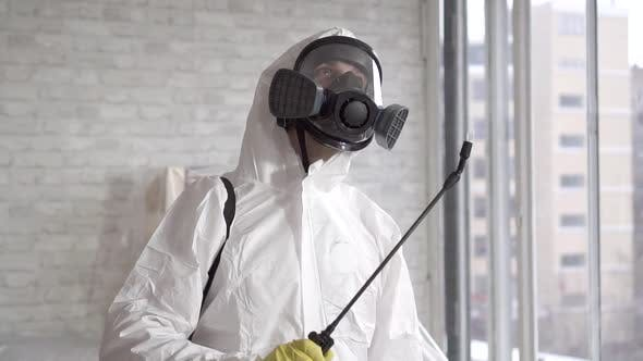 Exterminator beschäftigt Arbeitssprays Chemische Reagenzien