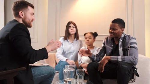 Famille avec fille faisant un test chez Psyhoterapist