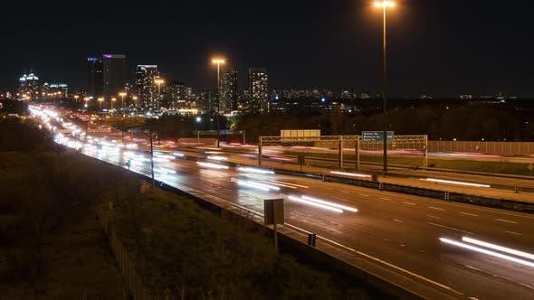 Toronto, Kanada, Timelapse - Der Ontario 401 Highway bei Nacht von einer Brücke aus gesehen