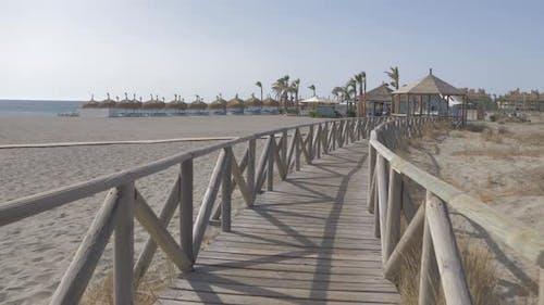 Pasarela de madera. Chiringuito de playa Medterranea en 4K