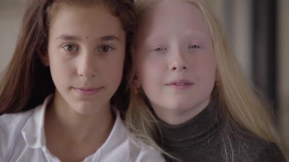 Thumbnail for Nahaufnahme Porträt von Brünette Mädchen mit braunen Augen und blonde Mädchen mit grauen Augen suchen