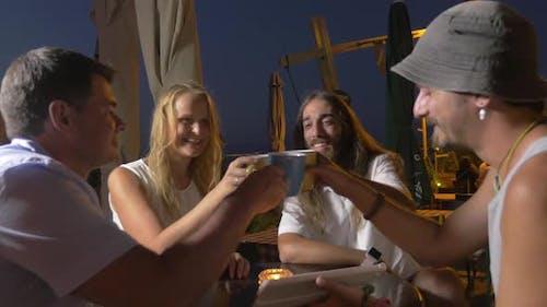 Am Abend in der Stadt Perea, Griechenland am Tisch in Cafe sitzt ein junges Unternehmen
