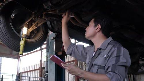 Mann in der Garage