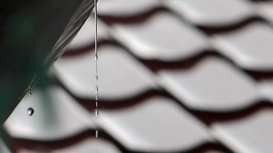 Thumbnail for Wasser gießt aus dem Dach