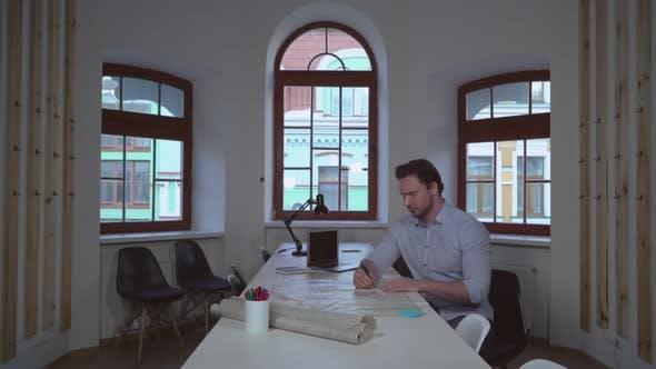 Thumbnail for Designer konzentriert sich auf Architekturplan