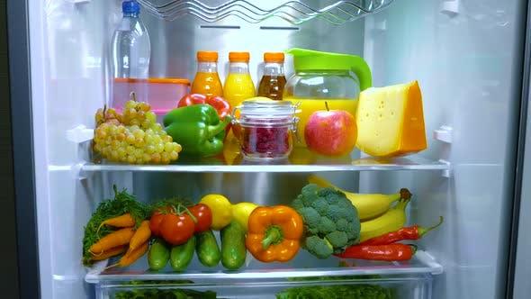 Thumbnail for Offener Kühlschrank gefüllt mit Lebensmitteln