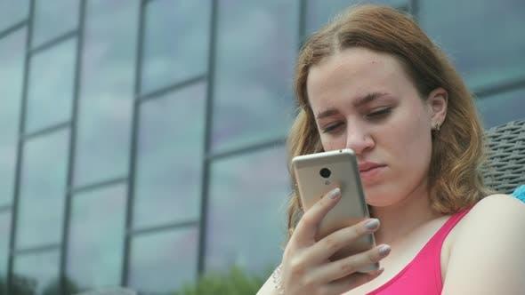 Thumbnail for Schöne Mädchen nimmt ein Selfie auf ein Smartphone