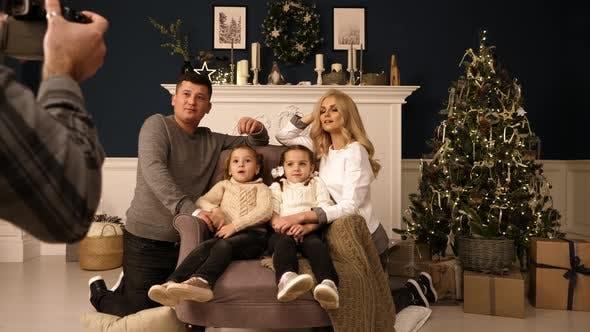 Thumbnail for Weihnachten Foto Sitzung im Studio Familie Vater Mutter und zwei Töchter werden fotografiert