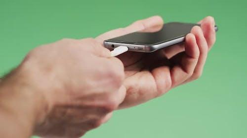 Laden eines Smartphones