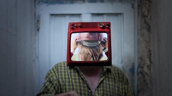 Thumbnail for Mr TV Head mit einem Kind trägt Helm.