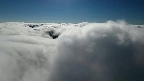 Fliegen zu dicken und hohen Wolken
