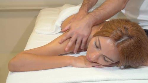 Attraktive Frau immer professionelle Massage im Beauty Spa