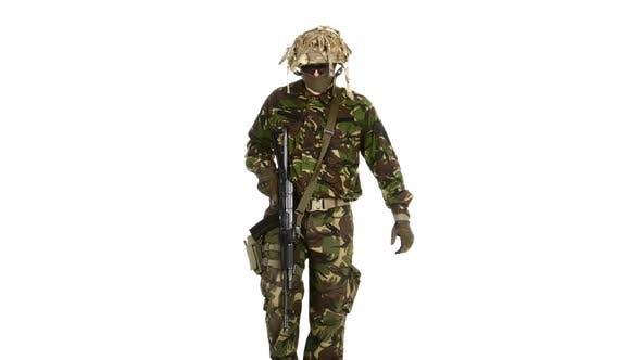 Thumbnail for Bewaffnete Soldaten sind leicht Gangart. Weißes Hintergrundgraund