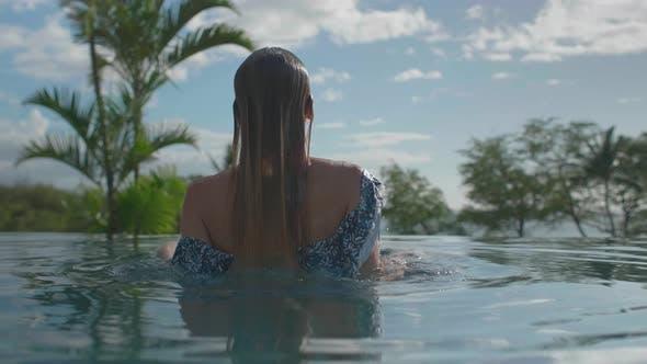 Thumbnail for Mädchen im Infinity Pool