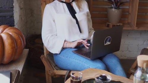 Eine Frau benutzt einen Computer