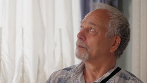 Pensionierter Mann genießt Ausflug und beobachtet Museumsraum