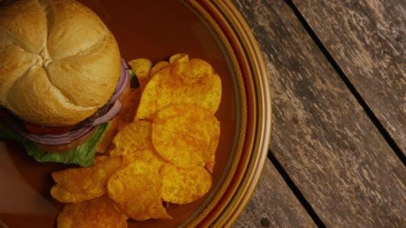 Thumbnail for Rotierender Schuss von köstlichen Burger- und Kartoffelchips