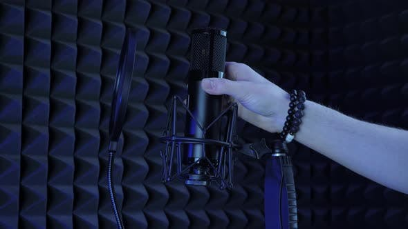Connecting microphone on microphone stand