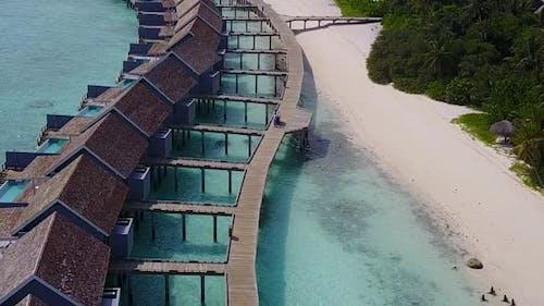 LuftDrohne Natur der tropischen Küste Strand Wildlife durch blaues Wasser und Sand Hintergrund