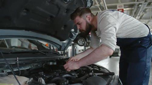 Mechaniker, die routinemäßige Wartung durchführen