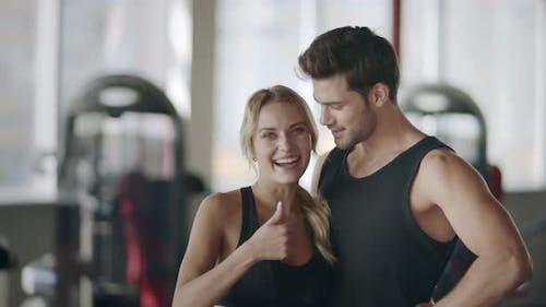 Joyeux Couple posant dans Modern Gym