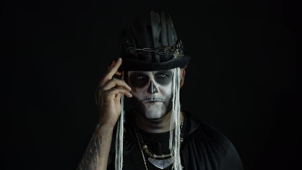 Mann in Scary Halloween Skelett Make-up machen Gesichter, Lächelt schrecklich. Voodoo-Rituale. Baron Samstag