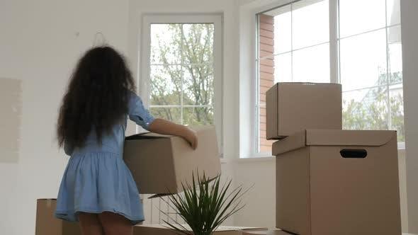 Thumbnail for Fröhliche Familie tragen Boxen im gekauften Haus