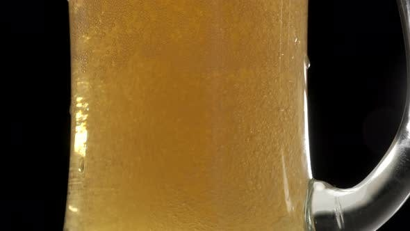Blondes Bier in Pint-Glas gießen