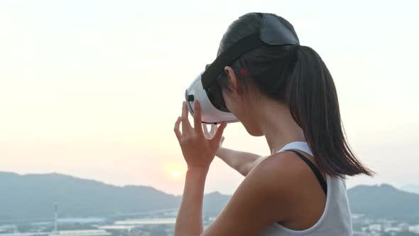 Thumbnail for Frau beobachten mit Virtual Reality Gerät im Freien