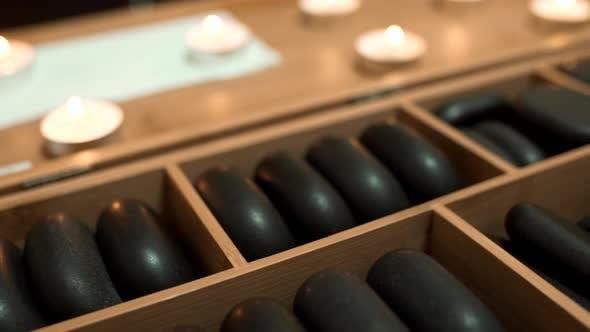 Pierres chaudes dans une boîte en bois
