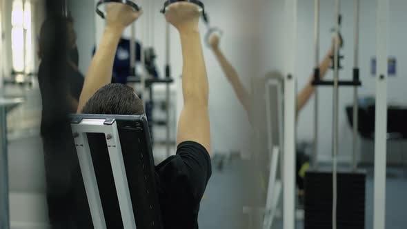 Menschen führen Übungen, um die Muskeln der Arme zu stärken