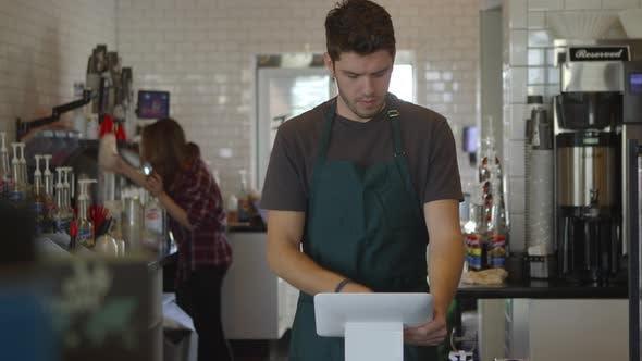Mann arbeitet im Coffee-Shop
