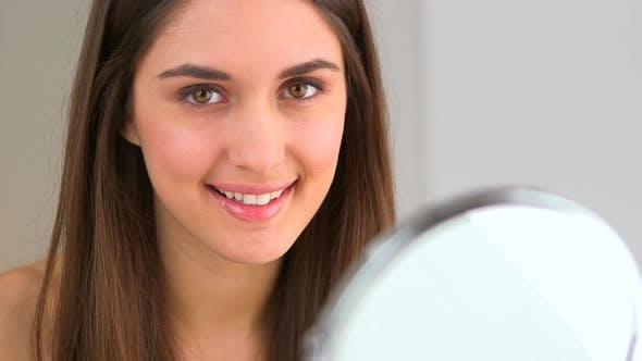 Thumbnail for Femme souriant devant le miroir