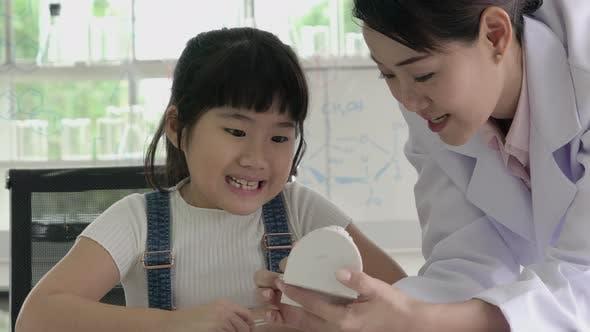 Стоматолог с маленькой девочкой