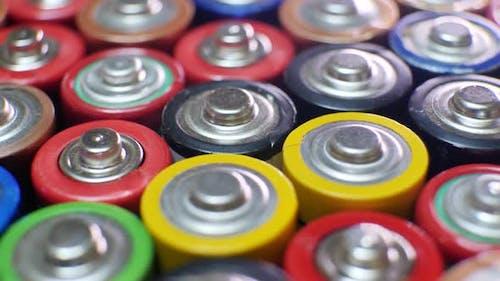 Viele gebrauchte AAA-Batterien verschiedener Hersteller