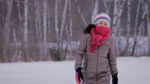 Thumbnail for Asiatische Frau Einfrieren an kaltem Tag