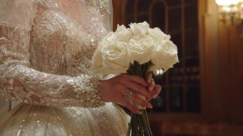 Der Bräutigam streckt seine Hand auf die Braut