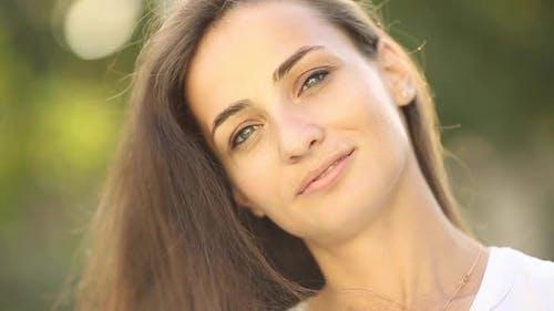 Porträt von Schöne Frau lächelt und genießt der Moment isoliert auf Unschärfe Hintergrund