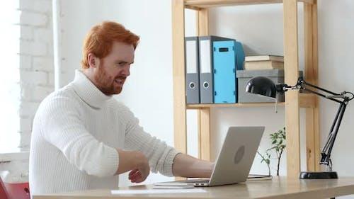 Wütend Redhead Man reagiert auf Probleme und Missverständnisse
